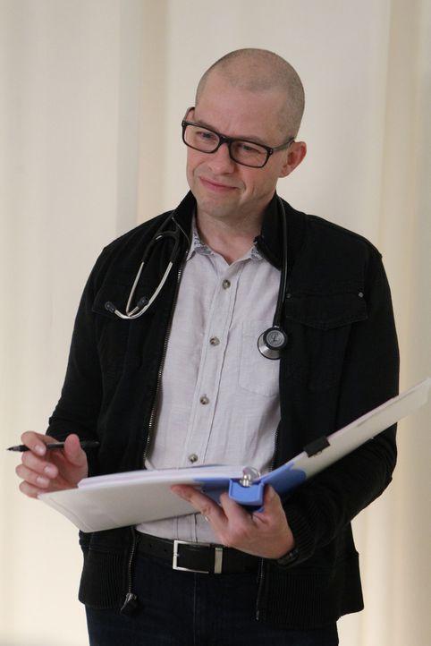 Dr. Cyril Taft (Jon Cryer) steht Gibbs zur Seite, als er sich erneut mit seinen Nahtoderfahrungen auseinandersetzen muss ... - Bildquelle: Sonja Flemming CBS Television / Sonja Flemming