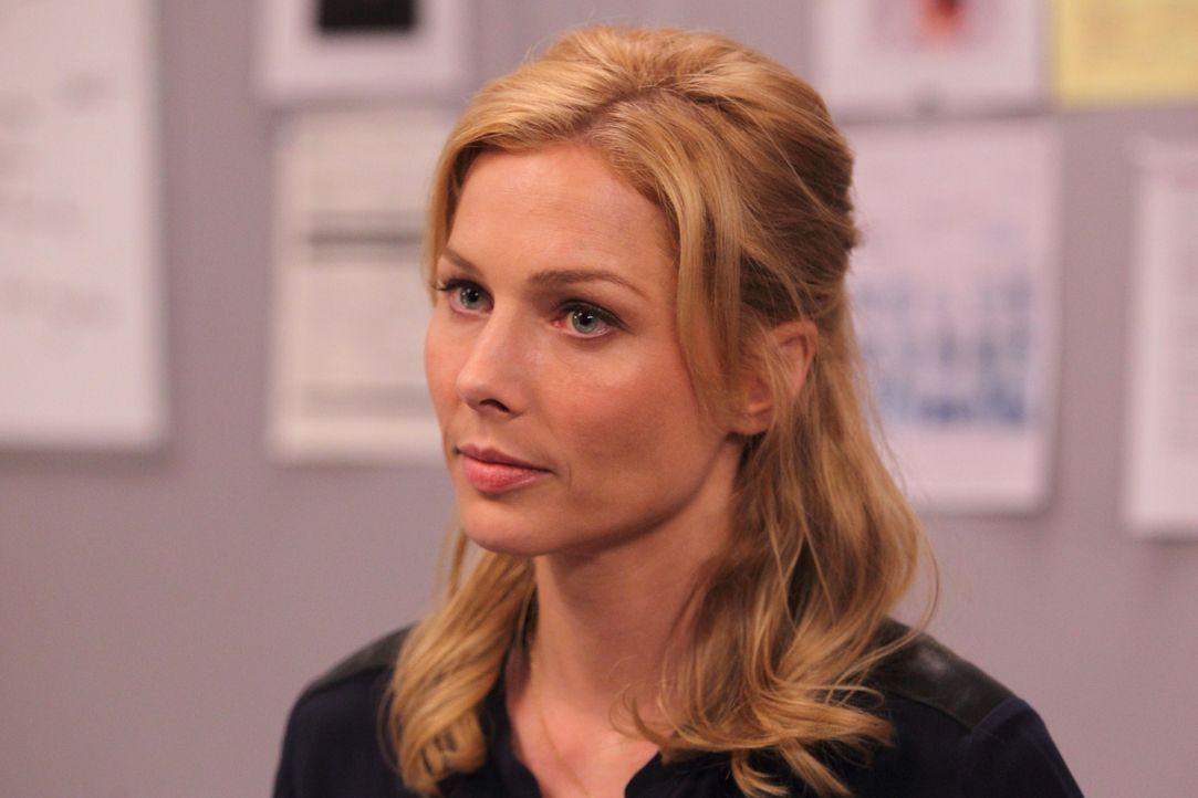 Die forensische Psychologin Dr. Daniella Ridley (Stefanie von Pfetten) denkt darüber nach, was in dem irren Serienvergewaltiger vor sich gehen könnt... - Bildquelle: Stephen Scott CBC 2013