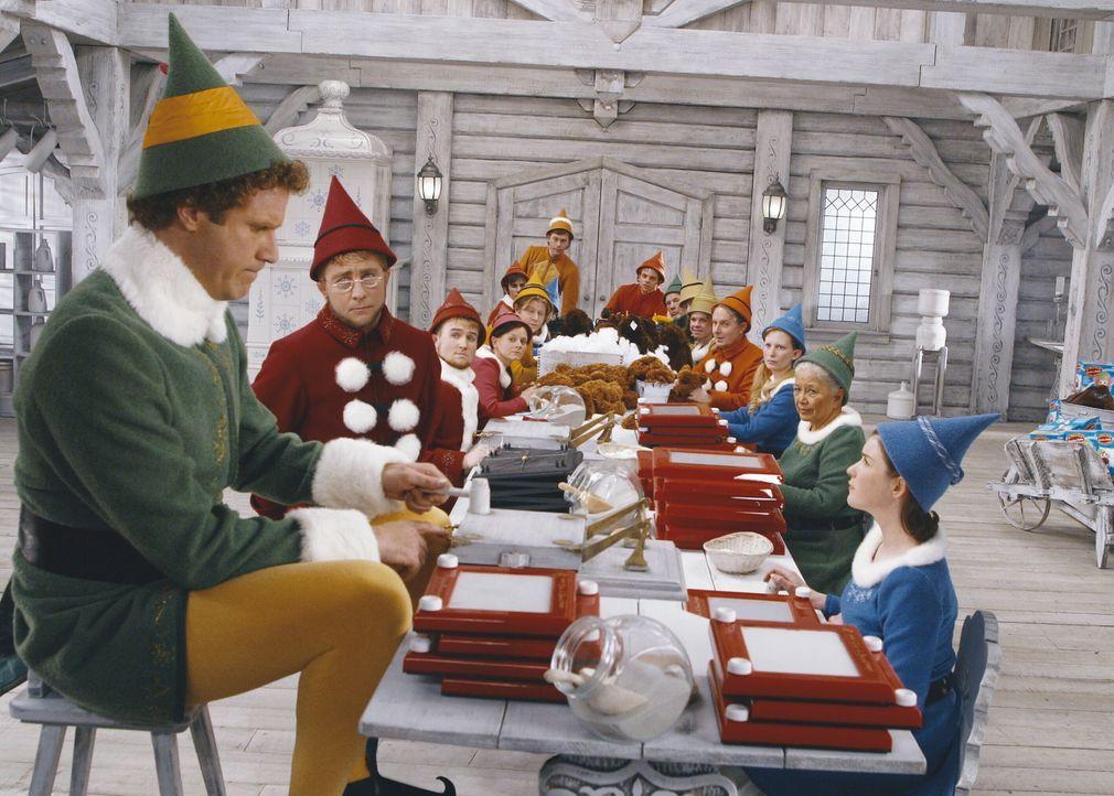 Als Elfe ist Buddy (Will Ferrell, l.) am Nordpol aufgewachsen ... - Bildquelle: Warner Bros. Television