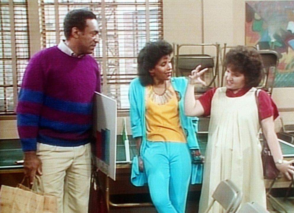 Cliff (Bill Cosby, l.) versteht nur Bahnhof, als sich Clair (Phylicia Rashad, M.) mit einer Frau aus seinem Kurs plötzlich auf Spanisch unterhält. - Bildquelle: Viacom