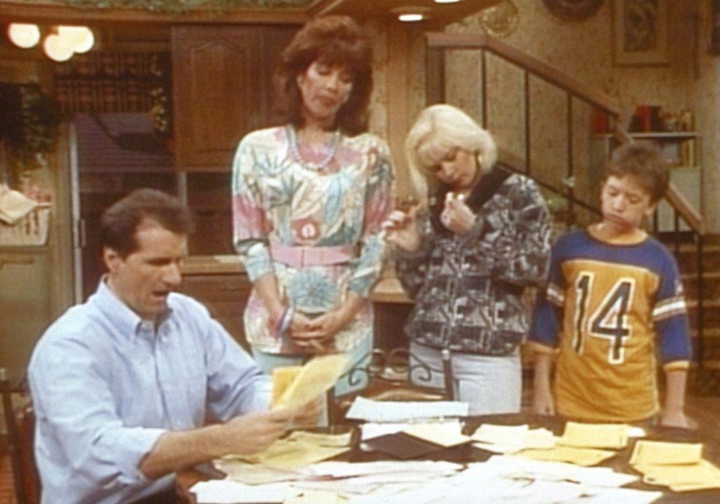 (v.l.n.r.) Al (Ed O'Neill) präsentiert Peggy (Katey Sagal), Kelly (Christina Applegate) und Bud (David Faustino) die Stapel unbezahlter Rechnungen. - Bildquelle: Columbia Pictures