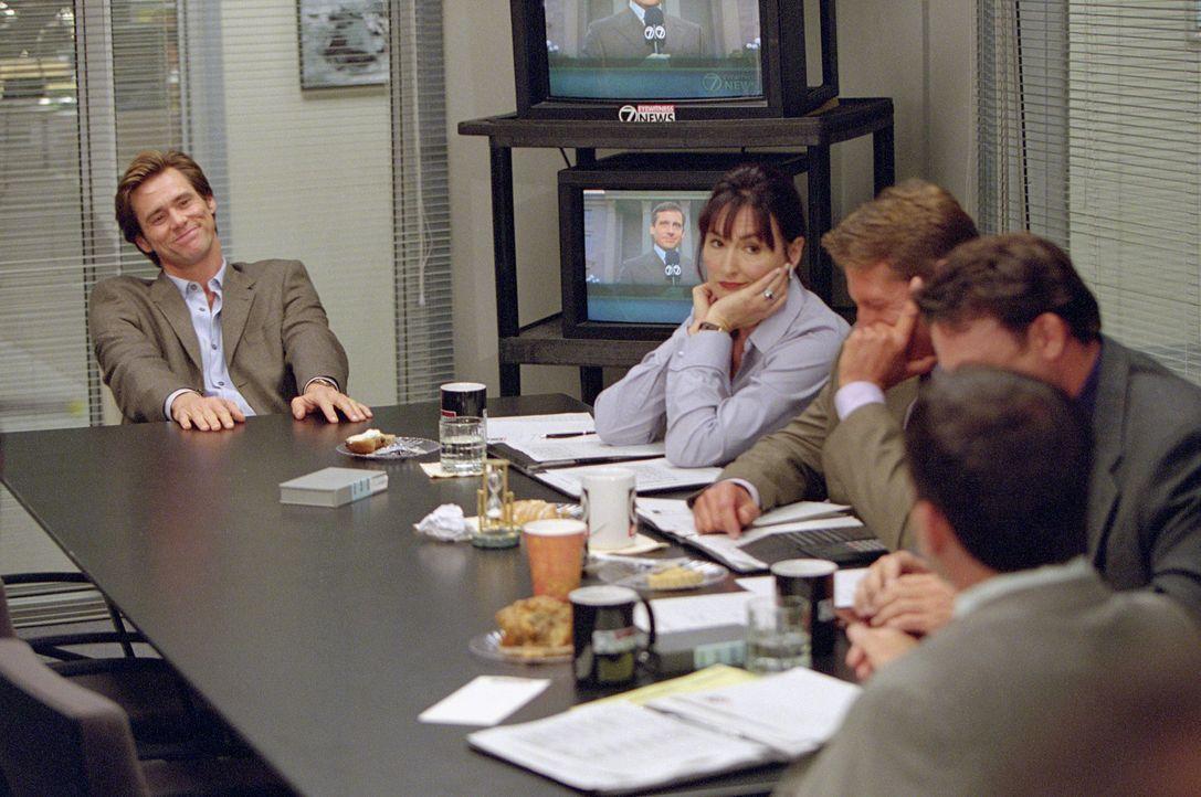 Nach einer Reihe von Tiefschlägen macht der erfolglose Reporter Bruce Nolan (Jim Carrey, l.) Gott für seine Probleme verantwortlich. Dieser überträg... - Bildquelle: 2003 Universal Studios. All rights reserved