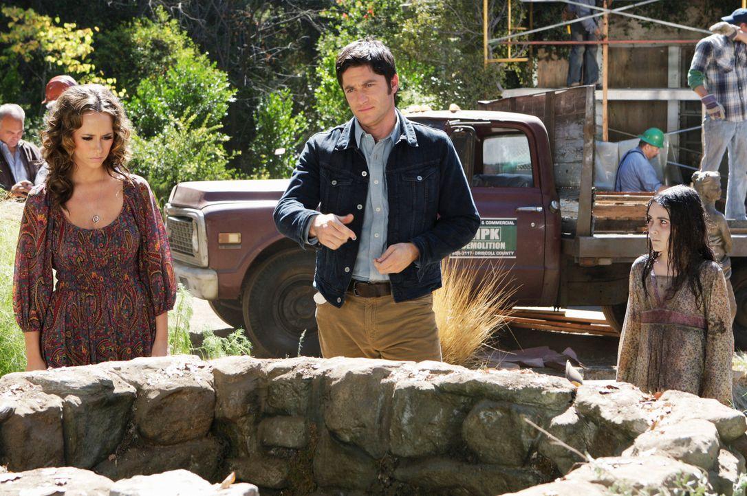 Jim (David Conrad, M.) arbeitet bei einer Abrissfirma und hilft bei der Entrümpelung einer alten Hauses. Melinda (Jennifer Love Hewitt, l.) besucht... - Bildquelle: ABC Studios