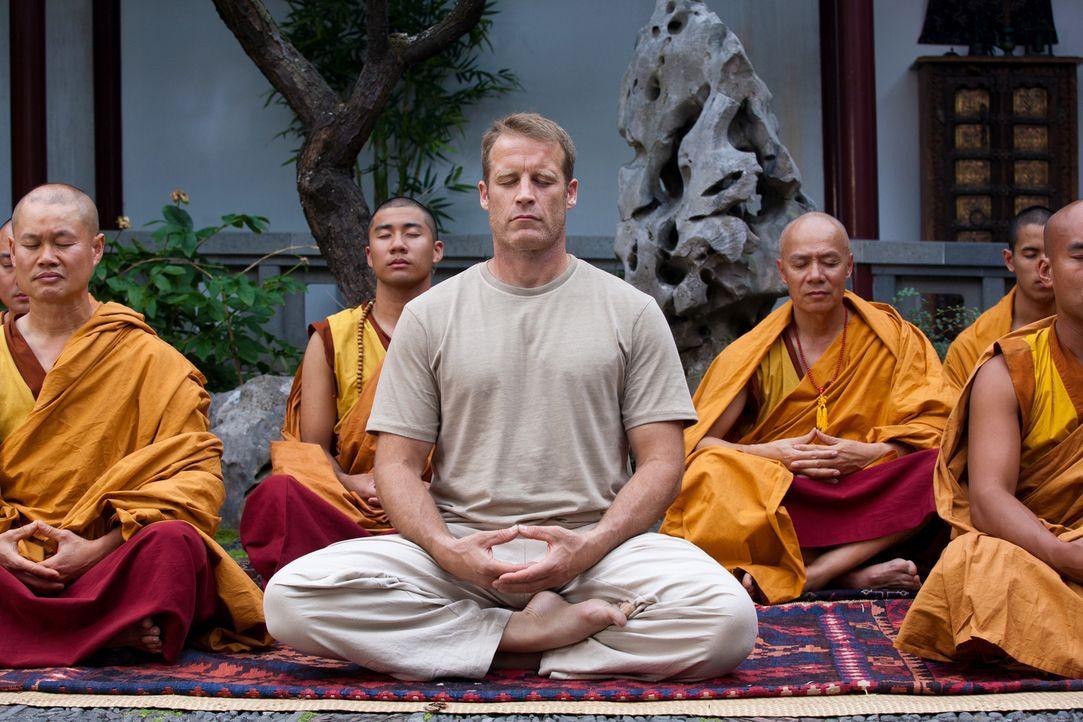 Will sein Leben zu ändern und zieht sich deshalb in ein buddhistisches Kloster am anderen Ende der Welt zurück: Chance (Mark Valley, M.) ... - Bildquelle: Warner Brothers