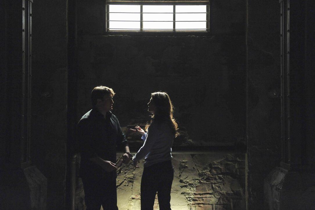 Nachdem sie sich mit Handschellen aneinander gekettet in einem Raum wiederfinden und weder Kate (Stana Katic, r.), noch Richard (Nathan Fillion, l.)... - Bildquelle: 2011 American Broadcasting Companies, Inc. All rights reserved.