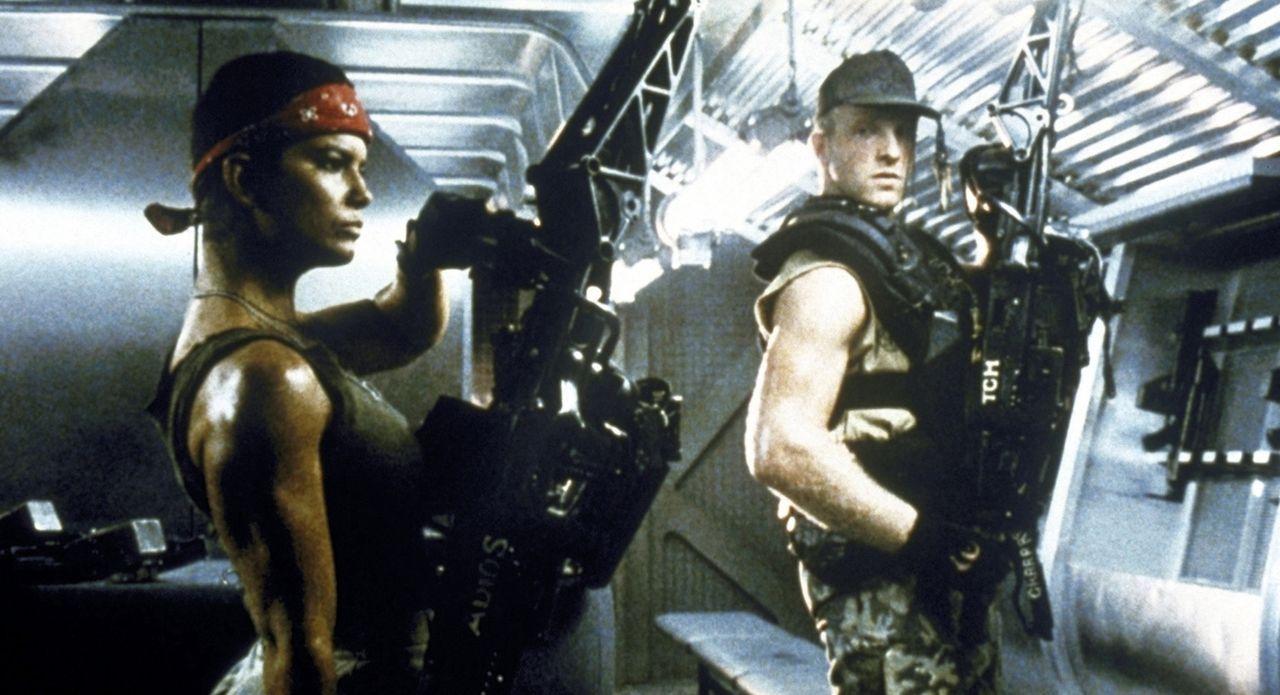 Vasquez (Jenette Goldstein, l.) und Drake (Mark Rolston, r.) bereiten sich auf den ultimativen Einsatz vor... - Bildquelle: 20th Century Fox of Germany