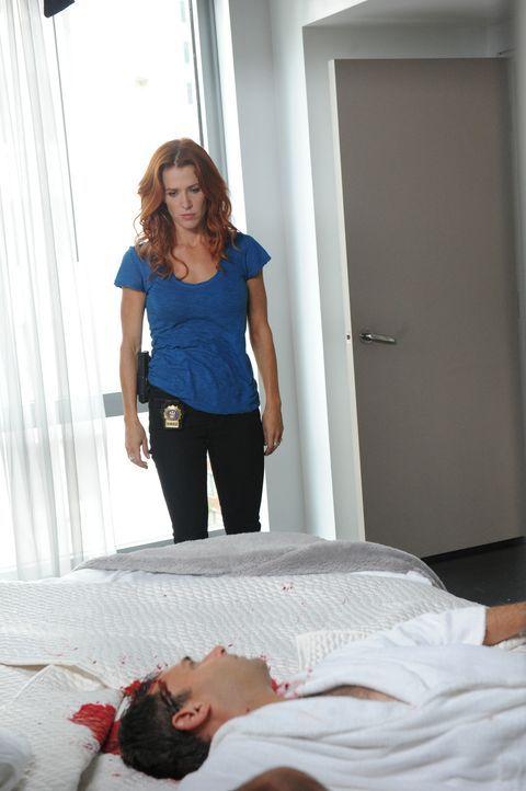 Brett Langley (Stephen Mailer, vorne ) wurde ermordet. Carrie (Poppy Montgomery, hinten) und Al ermitteln um den Mörder zu fassen ... - Bildquelle: 2011 CBS Broadcasting Inc. All Rights Reserved.