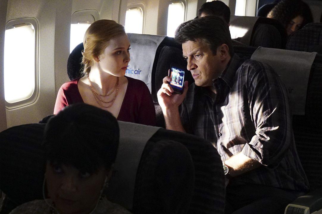 Bei dem Flug nach London geraten Castle (Nathan Fillion, r.) und seine Tochter Alexis (Molly C. Quinn, l.) in unvorhersehbare Schwierigkeiten ... - Bildquelle: Richard Cartwright ABC Studios