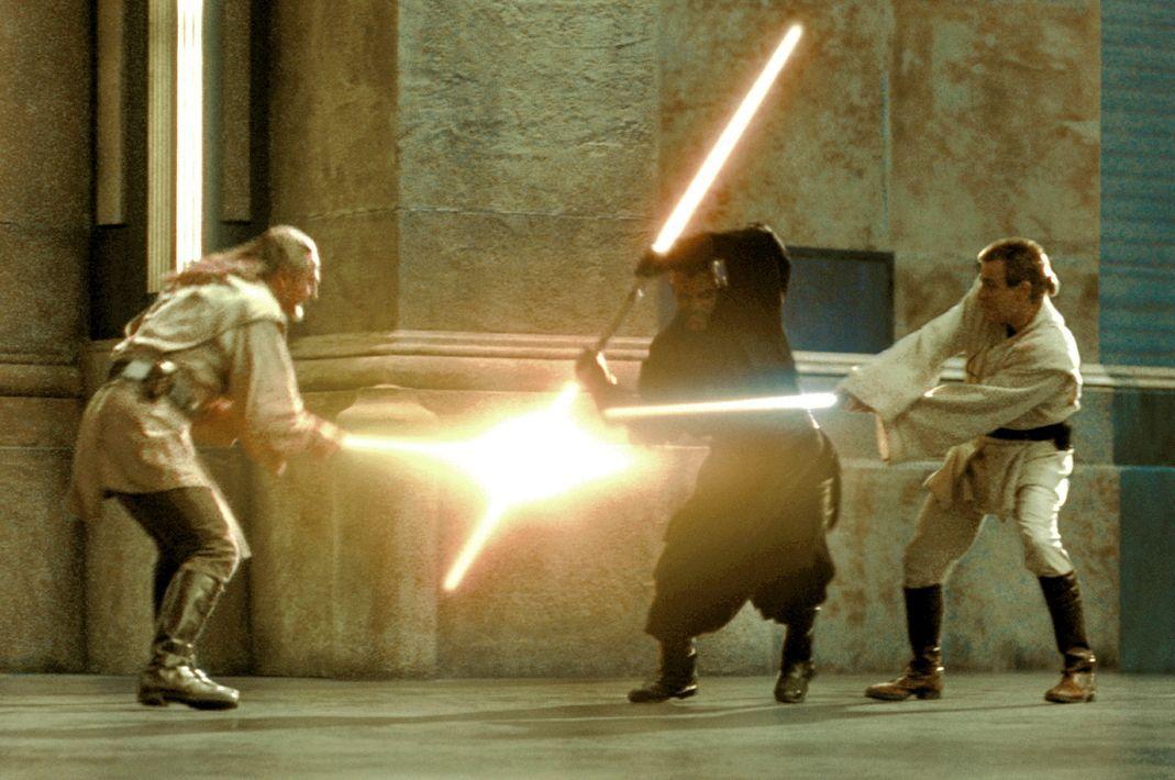 Zwischen Qui-Gon Jinn (Liam Neeson, l.), Obi-Wan Kenobi (Ewan McGregor, r.) und dem finsteren Teil der Macht, Darth Maul (Ray Park, M.), entbrennt e... - Bildquelle: 1999 Lucasfilm Ltd. & TM All rights reserved Used with permission