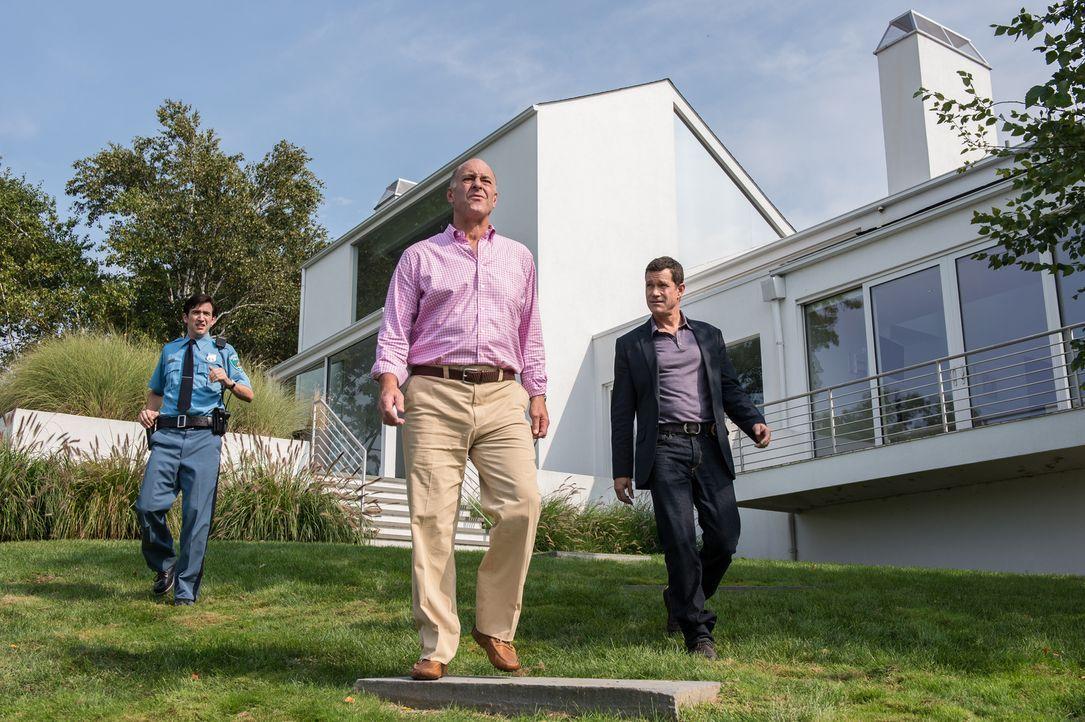Bei ihren Nachforschungen stoßen Detective Al (Dylan Walsh, r.) und Officer Tim Gosling (Brian McElhaney, l.) auf den wohlhabenden George Mortimer (... - Bildquelle: 2013 Sony Pictures Television Inc. All Rights Reserved.
