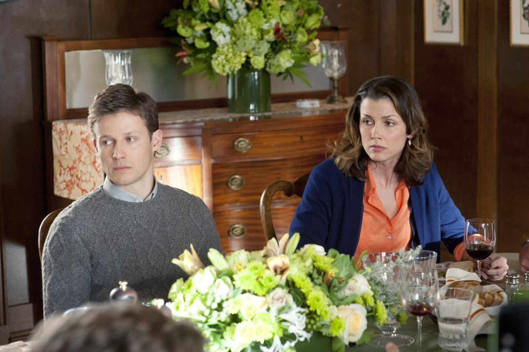 Die Arbeit von Jamie (Will Estes, l.) und der Anwältin Erin (Bridget Moynahan, r.) ruiniert einmal mehr das gemeinsame Familienessen der Reagans ... - Bildquelle: Jojo Whilden 2011 CBS Broadcasting Inc. All Rights Reserved