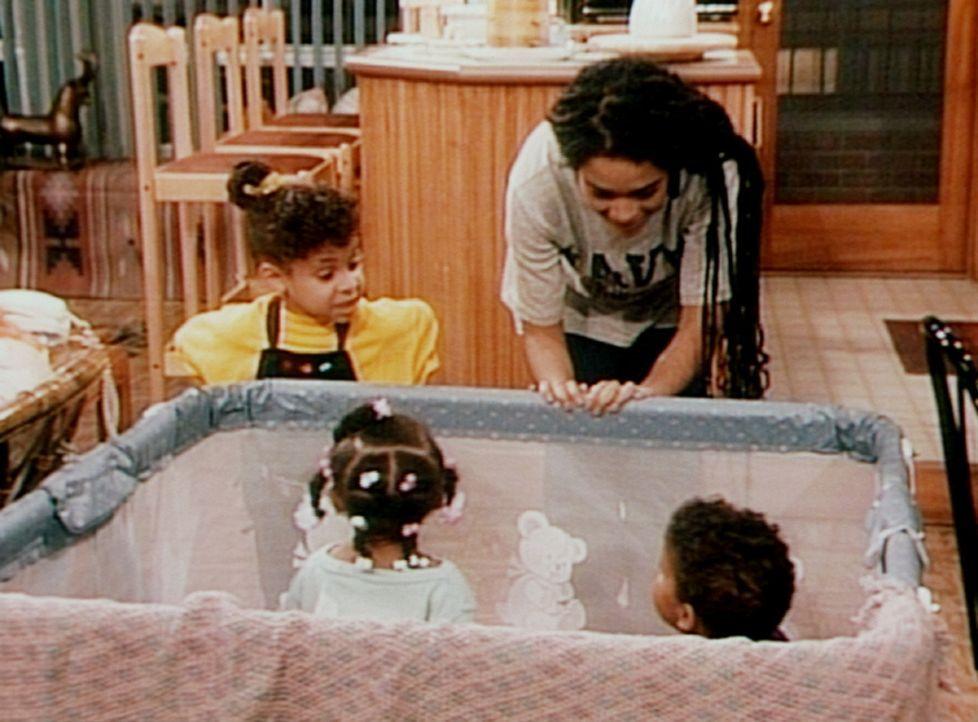 Olivia (Raven Symone, l.) macht Denise (Lisa Bonet, r.) Vorschläge, wie man die schreienden Zwillinge Winnie une Nelson am besten beruhigen kann. - Bildquelle: Viacom