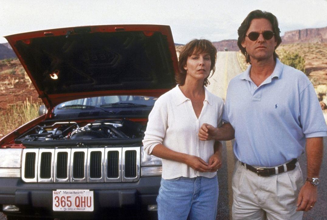 Zusammen mit seiner Frau Amy (Kathleen Quinlan, l.) hat Jeff Taylor (Kurt Russell, r.) mitten in der Wüste eine Autopanne ... - Bildquelle: Paramount Pictures