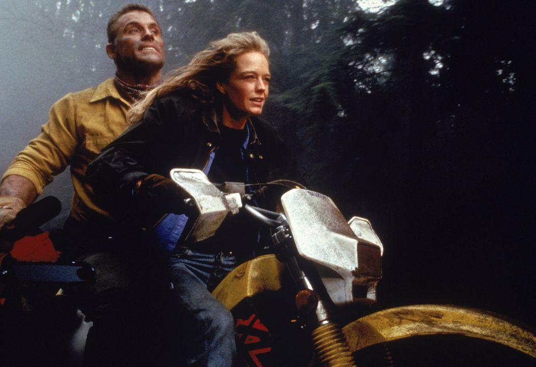 In letzter Sekunde kann Monica (Christianne Hirt, r.) Jesse Graves (Howie Long, l.) aus den Flammen befreien.