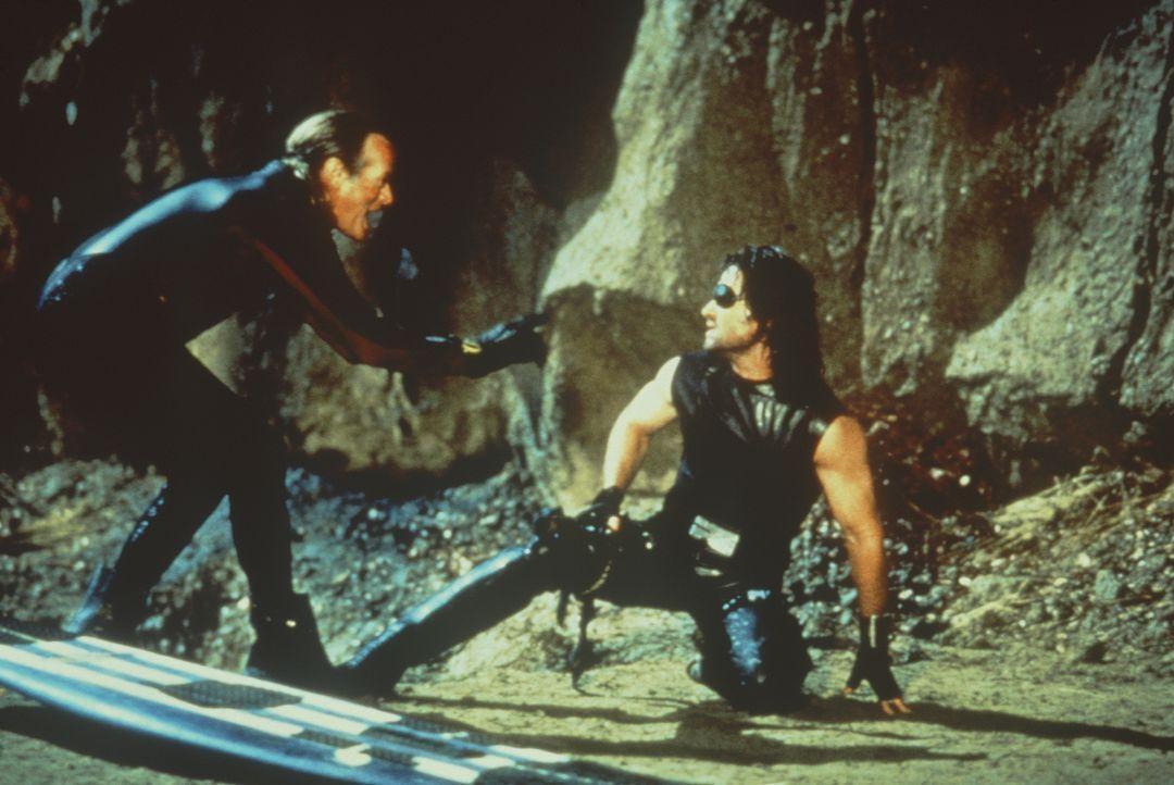 Ein riesiger Tsunami rast auf Los Angeles zu: Da kann nur noch der Endzeitsurfer Pipeline (Peter Fonda, l.) Snake (Kurt Russel, r.) helfen ... - Bildquelle: Paramount Pictures