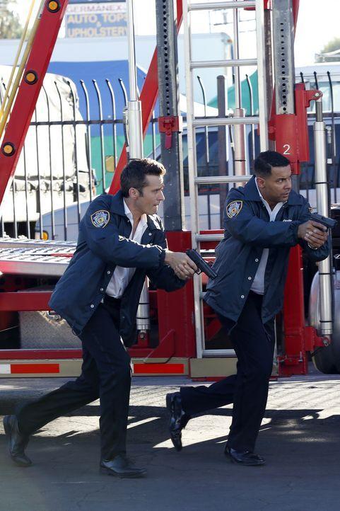 Ryan (Seamus Dever, l.) und Esposito (Jon Huertas, M.) jagen dem Mann hinterher, der das Auto in der Schrottpresse vernichtet hat, in dem Castle off... - Bildquelle: Kelsey McNeal ABC Studios