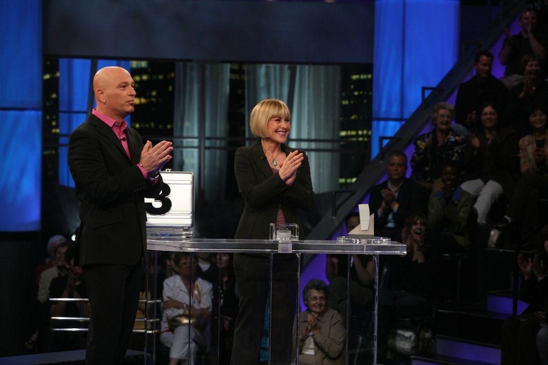 """In ihrem Traum ist Allison (Patricia Arquette, r.) Kandidatin der bekannten Spielshow """"Deal or no Deal"""" mit Moderator Howie Mandel (Howie Mandel, l.... - Bildquelle: Paramount Network Television"""