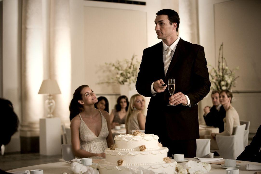 Weil der Klatschreporter Ludo die Hochzeit von Yvonne Catterfeld (Yvonne Cattefeld, l.) und Wladimir Klitschko (Wladimir Klitschko, r.) gehörig verm... - Bildquelle: Warner Bros.