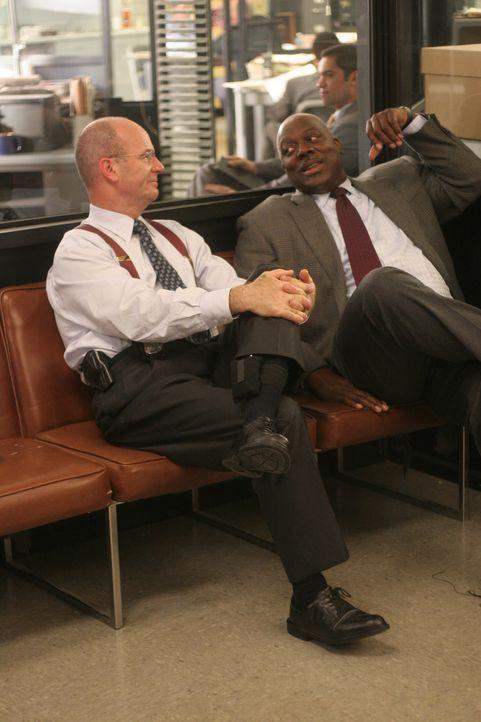 Lt. John Stillman (John Finn, l.) unterhält sich ausgelassen mit seinem Kollegen Det. Will Jeffries (Thom Barry, r.) ... - Bildquelle: Warner Bros. Television