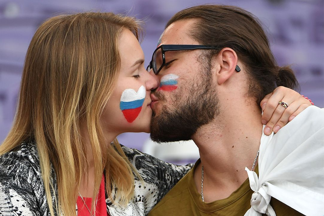 Russians kissing_000_C56FF_PASCAL GUYOT_AFP - Bildquelle: AFP / PASCAL GUYOT