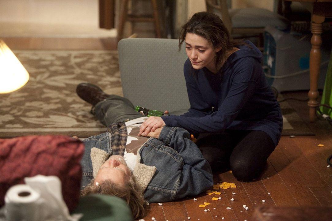 Auch wenn ihr Vater Frank (William H. Macy, l.) täglich betrunken nach Hause kommt, steht Fiona (Emmy Rossum, r.) zu ihm ... - Bildquelle: 2010 Warner Brothers