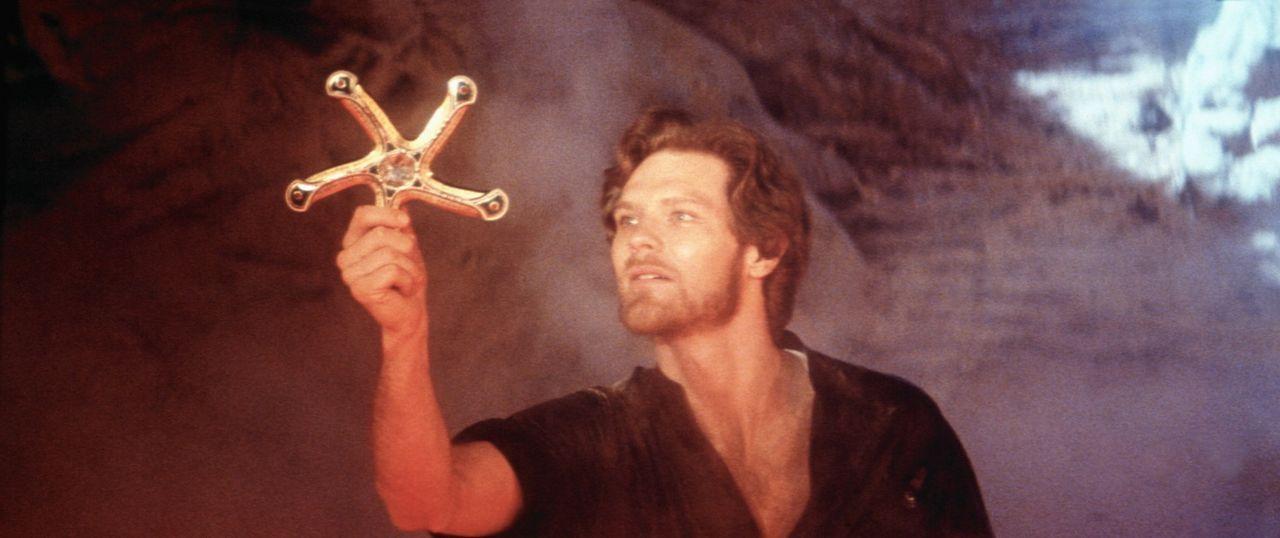 Mit Hilfe des Weisen Ynyr gelangt Colwyn (Ken Marshall) an eine Zauberwaffe - das 'Fünfklingenschwert'. Nur mit dieser Waffe kann er das Ungeheuer... - Bildquelle: Columbia Pictures