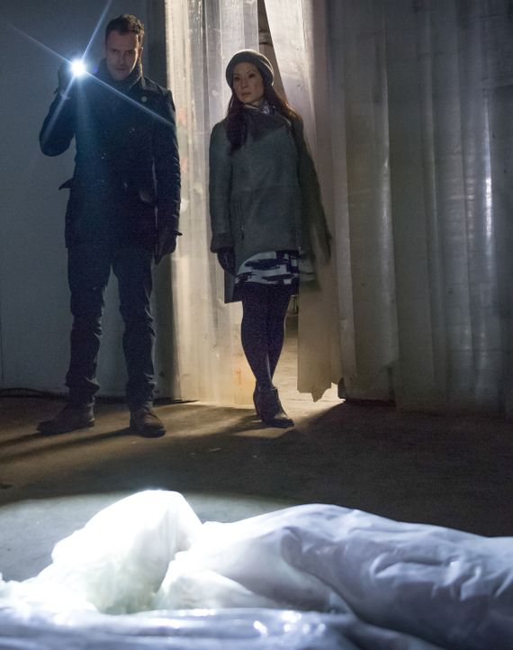 Ermitteln in einem neuen Fall: Holmes (Jonny Lee Miller, l.) und Watson (Lucy Liu, r.) ... - Bildquelle: CBS Television