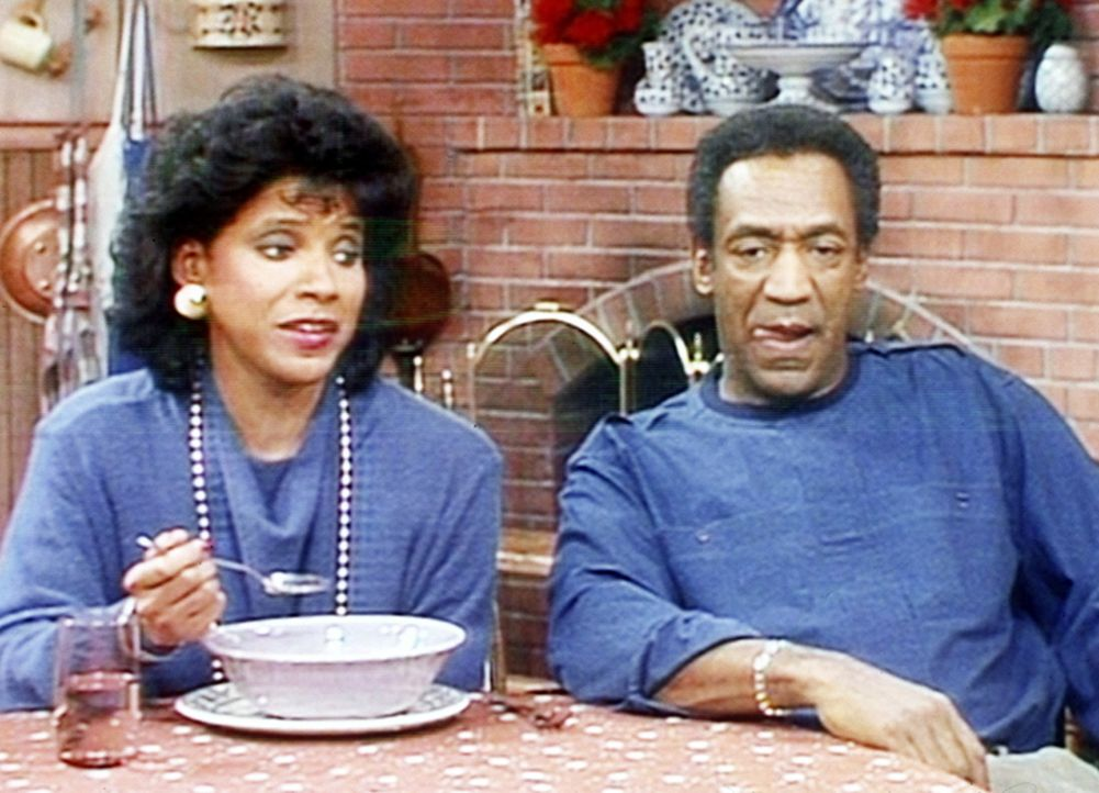 Clair (Phylicia Rashad, l.) isst das Essen, das ihr Mann Cliff (Bill Cosby, r.) ihr gekocht hat, mit einer gesunden Skepsis. - Bildquelle: Viacom
