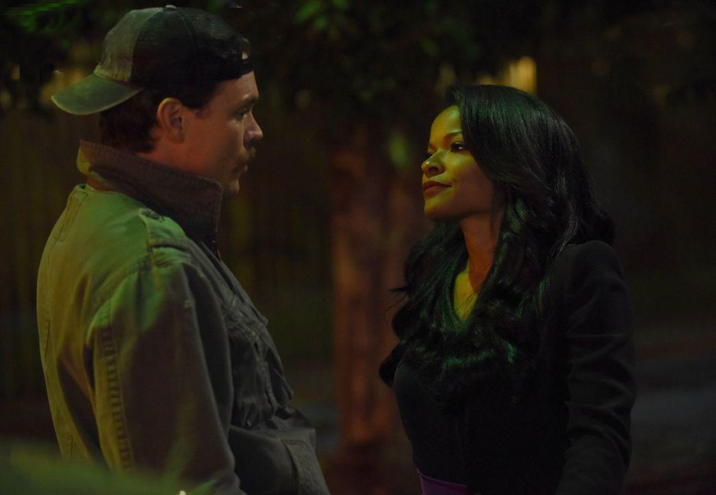 Als Murtaugh und Riggs (Clayne Crawford, l.) ein Treffen eines Privatdetektivs mit einem Anwärter auf den Bürgermeisterposten observieren, fahren ih... - Bildquelle: Warner Brothers