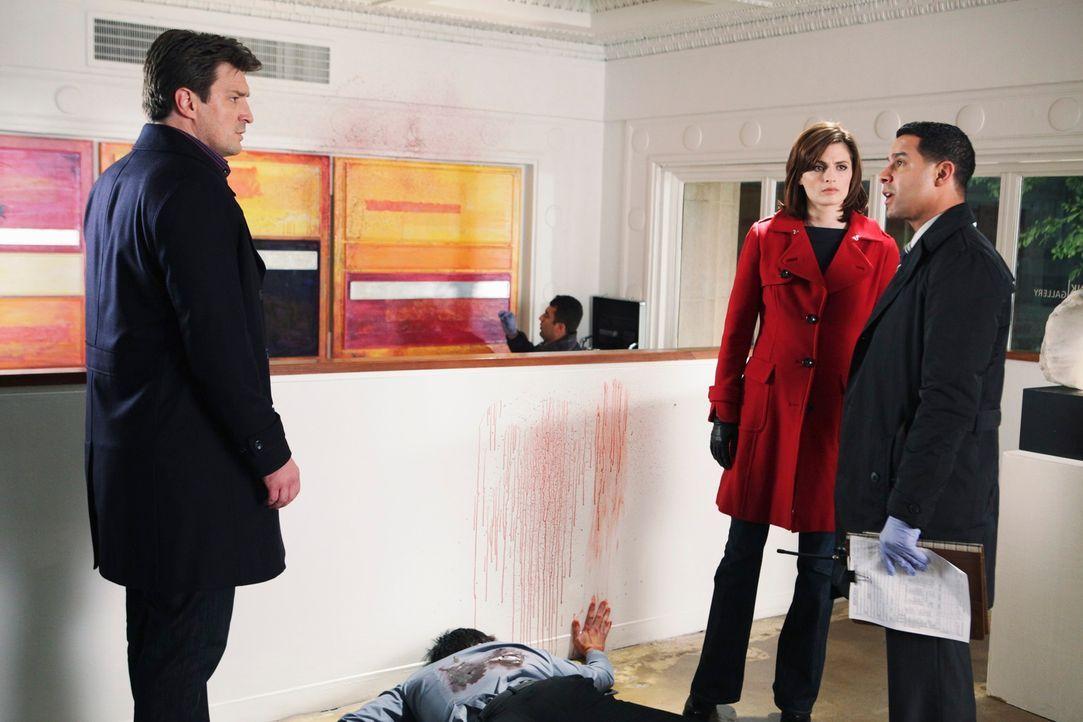 Javier Esposito (Jon Huertas, r.) und Kate Beckett (Stana Katic, 2.v.r.) ermitteln in einem neuen Fall, den sich natürlich auch Castle (Nathan Filli... - Bildquelle: ABC Studios