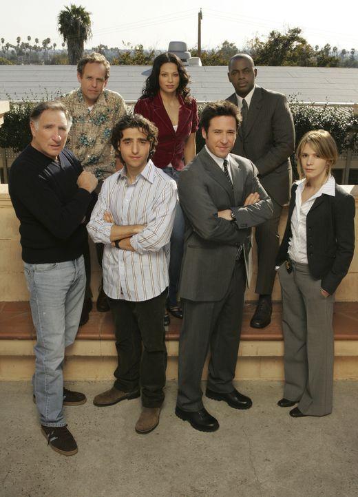 (1. Staffel) - Ein verschworenes Team: Don Eppes (Rob Morrow, vorne 2.v.r.), Charlie Eppes (David Krumholtz, vorne 2.v.l.), Alan Eppes (Judd Hirsch,... - Bildquelle: Paramount Network Television