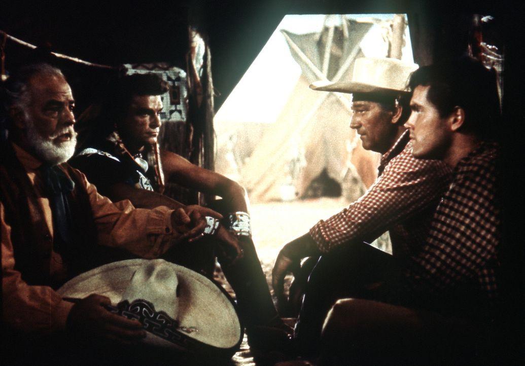 Der Händler Emilio Figuera (Antonio Moreno, l.) vermittelt zwischen Häuptling Schwarzer Falke (Henry Brandon, 2.v.l.), Ethan (John Wayne, 2.v.r.)... - Bildquelle: Warner Bros.