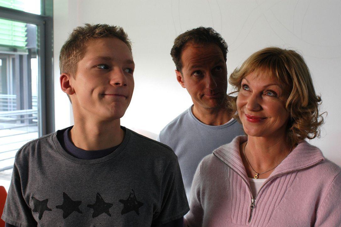 Als Zieges Eltern (Marcus Kaloff, M. und Gabi Sabine Kaack, r.) überraschend auftauchen, steckt Häschen (Jacob Matschenz, l.) in einer gewaltigen... - Bildquelle: Gordon Mühle ProSieben