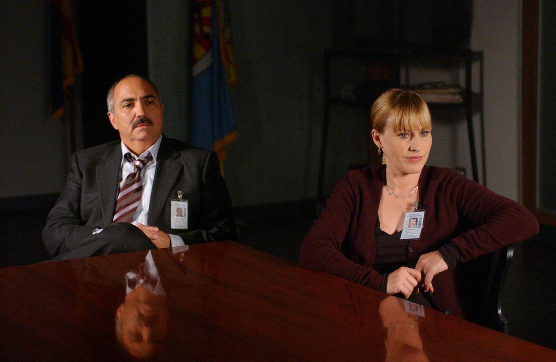 Allison (Patricia Arquette, r.) will dem Staatsanwalt Devalos (Miguel Sandoval, l.) helfen, der seit Tagen vom Pech verfolgt wird ... - Bildquelle: Paramount Network Television