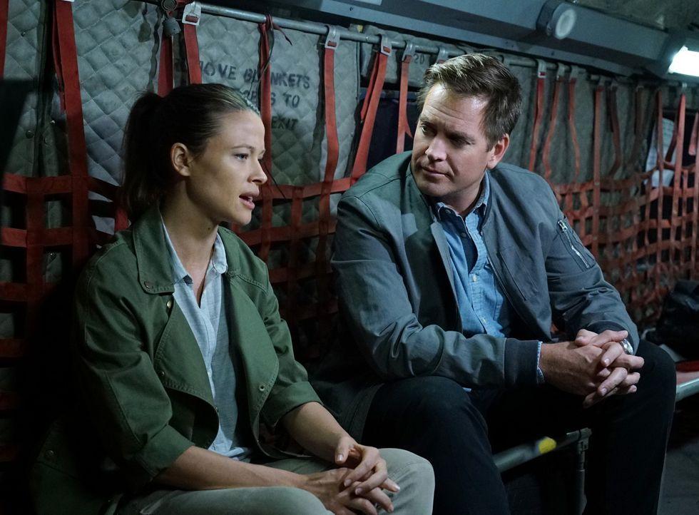 Bei seiner neuen Mission trifft Tony (Michael Weatherly, r.) auf seine alte Flamme Jeanne Benoit (Scottie Thompson, l.), die nicht nur ein Mitglied... - Bildquelle: Sonja Flemming CBS Television / Sonja Flemming