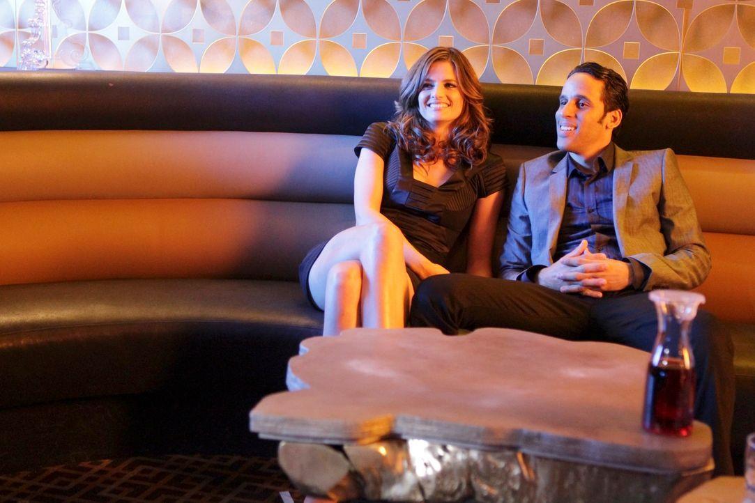 Kate Beckett (Stana Katic, l.) macht sich undercover an den zwielichtigen Marvin 'Oz' Osminkowski (Wilmer Calderon, r.) heran. Hat er etwas mit dem... - Bildquelle: ABC Studios