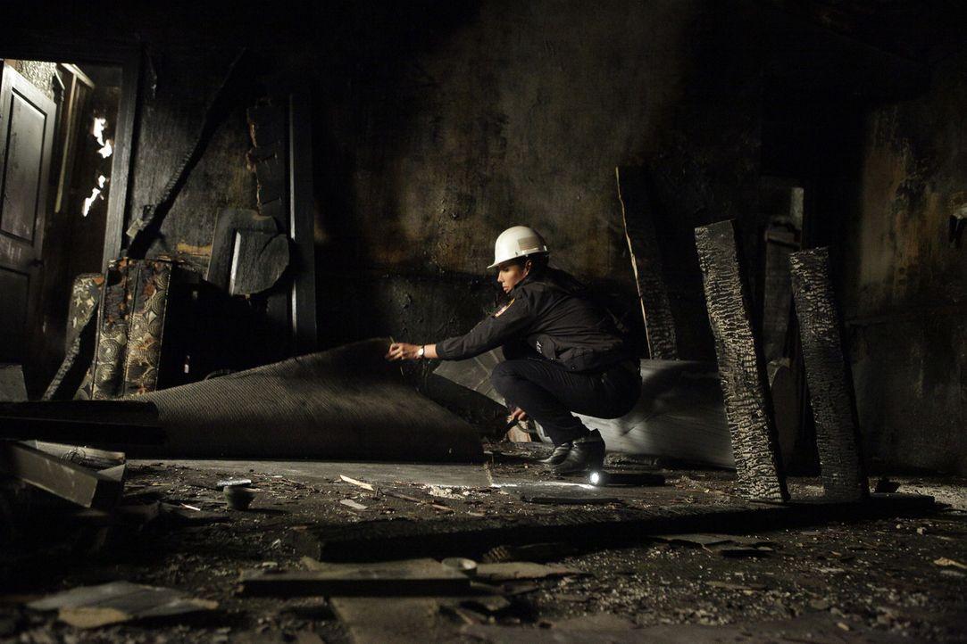 In einem völlig ausgebrannten Gebäude Spuren zu finden, ist alles andere als einfach. Kann Lt. Delia Burton (Wendy Davis) trotzdem einen Hinweis auf... - Bildquelle: 2013 American Broadcasting Companies, Inc. All rights reserved.