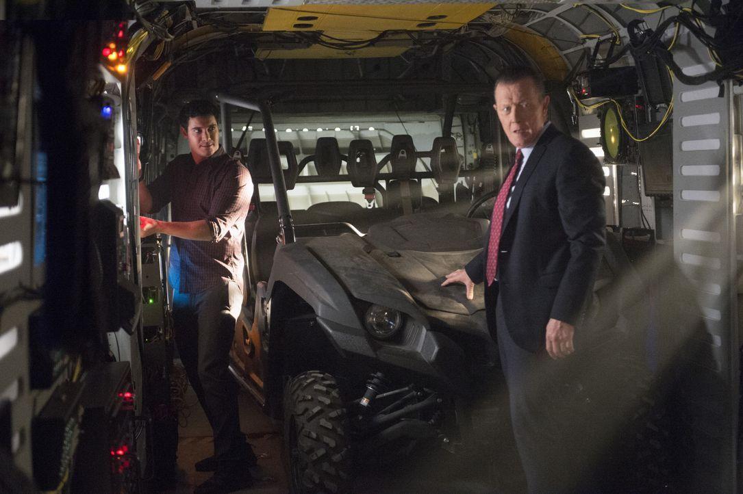Müssen dem CIA helfen, ein Flugzeug in der Area 51 zu finden: Walter (Elyes Gabel, l.), Cabe (Robert Patrick, r.) und das restliche Scorpion Team ... - Bildquelle: Neil Jacobs 2015 CBS Broadcasting, Inc. All Rights Reserved. / Neil Jacobs