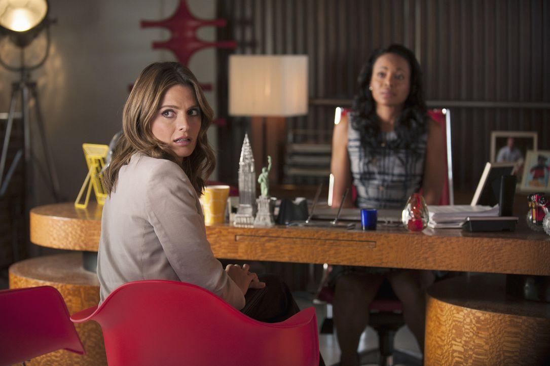 Noch immer weiß Kate (Stana Katic, vorne) nicht, was hinter dem Verschwinden von Castle gesteckt hat, zumal er selbst in Bezug auf diese Zeit eine k... - Bildquelle: ABC Studios
