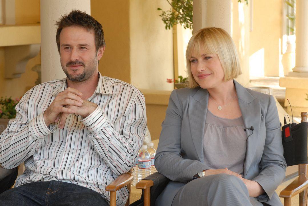 """Patricia Arquette (r.) und ihr Bruder David (l.) bei den Dreharbeiten zu """"Medium"""". - Bildquelle: Paramount Network Television"""