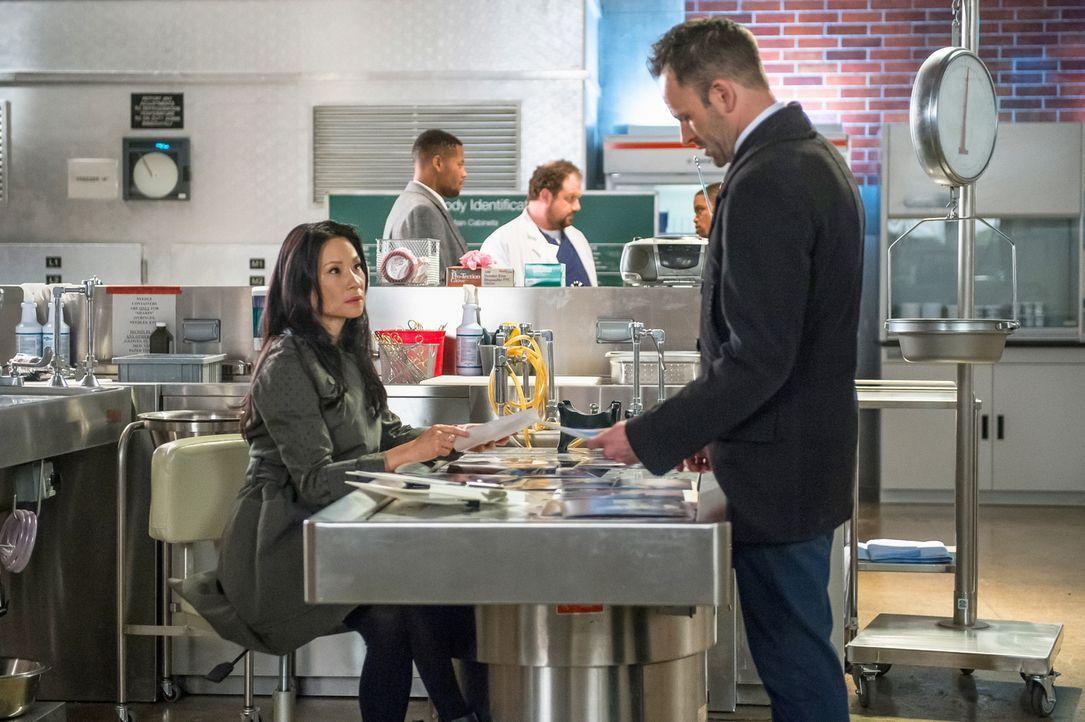 Immer wieder kommt es zu Spannungen zwischen Watson (Lucy Liu, l.) und Holmes (Jonny Lee Miller, r.). Schuld daran ist Mycroft, für den Watson immer... - Bildquelle: CBS Television