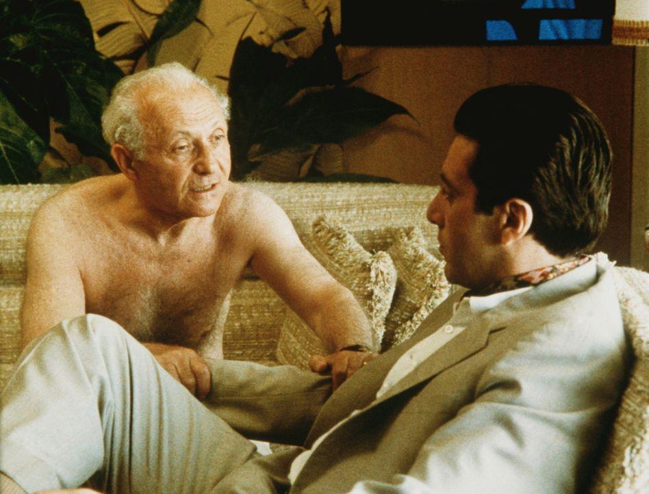 Mit dem Geschäftsmann Hyman Roth (Lee Strasberg, l.) plant Michael Corleone (Al Pacino, r.) einen Casino-Deal in Kuba ... - Bildquelle: Paramount Pictures