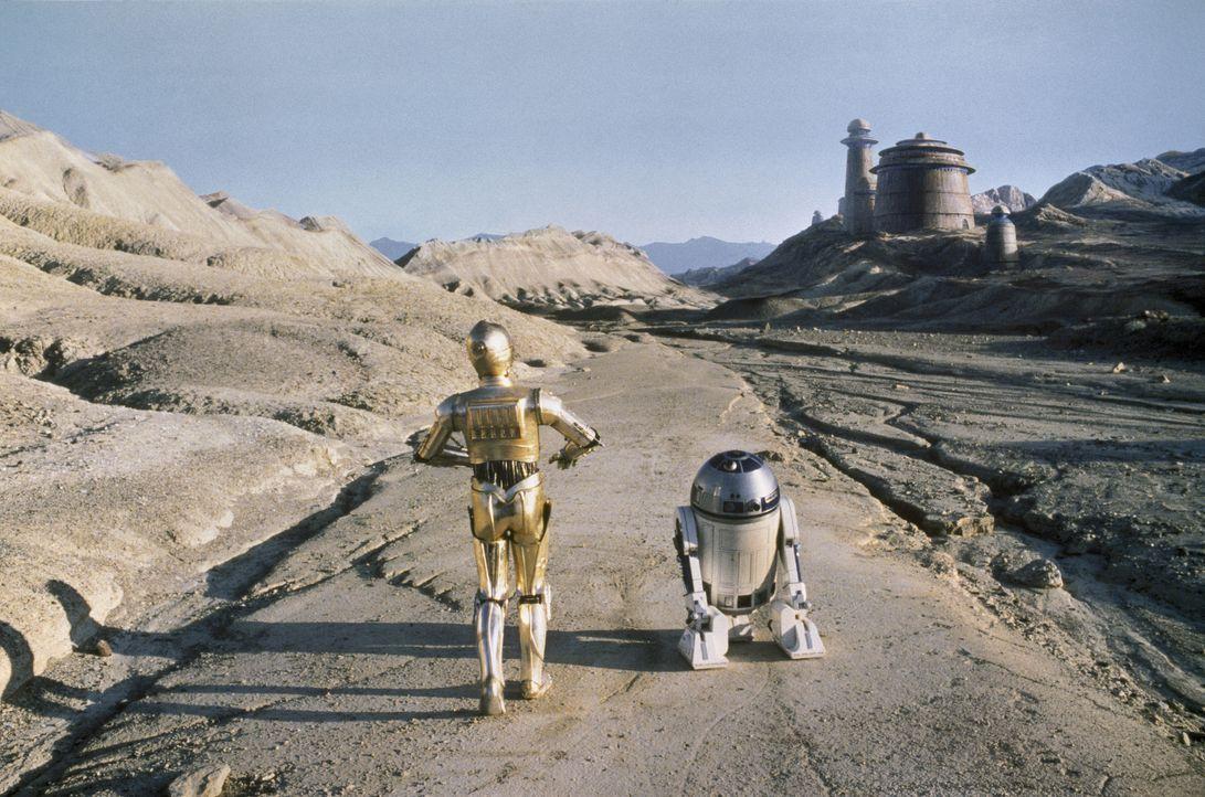 Im kosmischen Kampf gegen das Böse setzen R2-D2 (Kenny Baker, r.) und C-3PO (Anthony Daniels, l.) ihre besonderen Waffen ein ... - Bildquelle: TM & © 2015 Lucasfilm Ltd. All rights reserved.