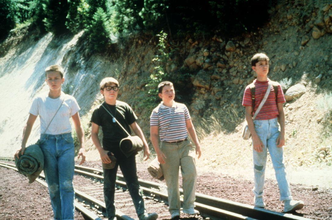 Heimlich auf der Suche nach der Leiche eines Jungen: Die vier Freunde Gordie (Will Wheaton, r.), Chris (River Phoenix, l.), Vern (Jerry O´Connell,... - Bildquelle: Columbia Pictures