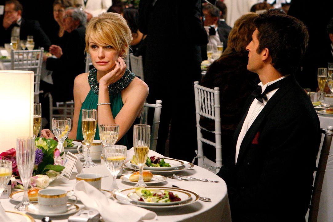 Curtis Bell (Jonathan LaPaglia, r.) kann anfangs nicht glauben, dass Lilly Rush (Kathryn Morris, l.) und ihr Team tatsächlich auf der Hochzeit ermit... - Bildquelle: Warner Bros. Television