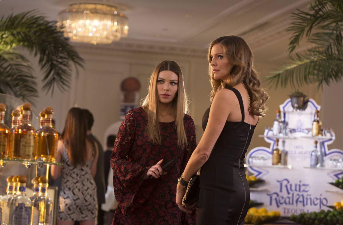 Können Chloe (Lauren German, l.) und Charlotte (Tricia Helfer, r.) zusammenarbeiten, obwohl Chloe nicht sie leiseste Ahnung hat, worauf es Charlotte... - Bildquelle: 2016 Warner Brothers