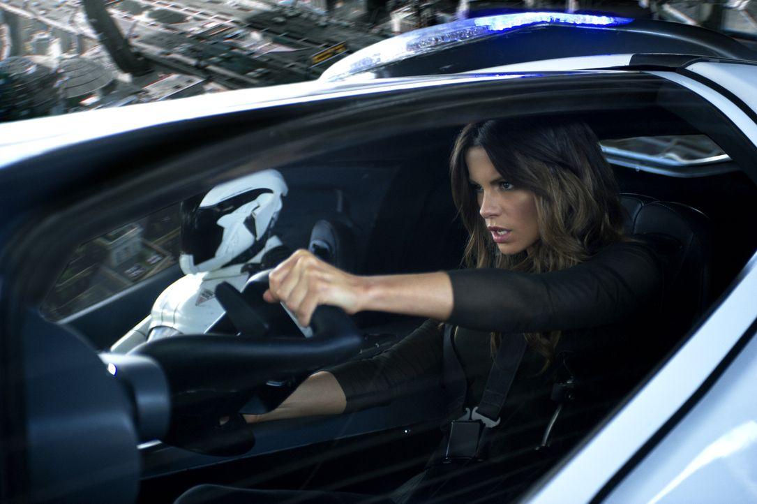 Entpuppt sich als eiskalte Undercover-Agentin, die ihrem Mann ans Leder will: Lori Quaid (Kate Beckinsale) ... - Bildquelle: Michael Gibson 2012 Columbia Pictures Industries, Inc. All Rights Reserved. ALL IMAGES ARE PROPERTY OF SONY PICTURES ENTERTAINMENT INC. / Michael Gibson
