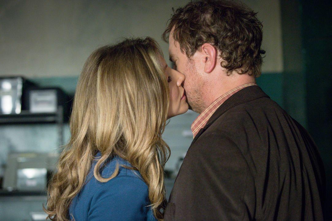 Zwischen seiner Ex-Verlobten Amy (Sarah Chalke, l.) und Backstrom (Rainn Wilson, r.) herrscht eine seltsame Stimmung ... - Bildquelle: 2015 Fox and its related entities. All rights reserved.
