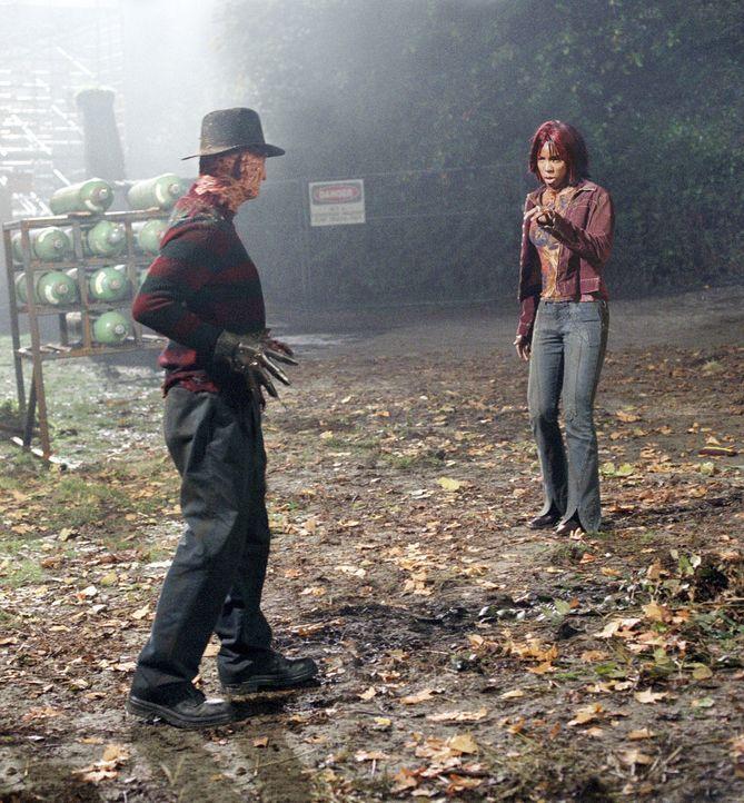 Seit Jahren ist der Geist des Kindermörders Freddy Krueger (Robert Englund, l.) aus den Träumen der Teenager von Springwood verschwunden. Das lieg... - Bildquelle: Warner Bros. Pictures