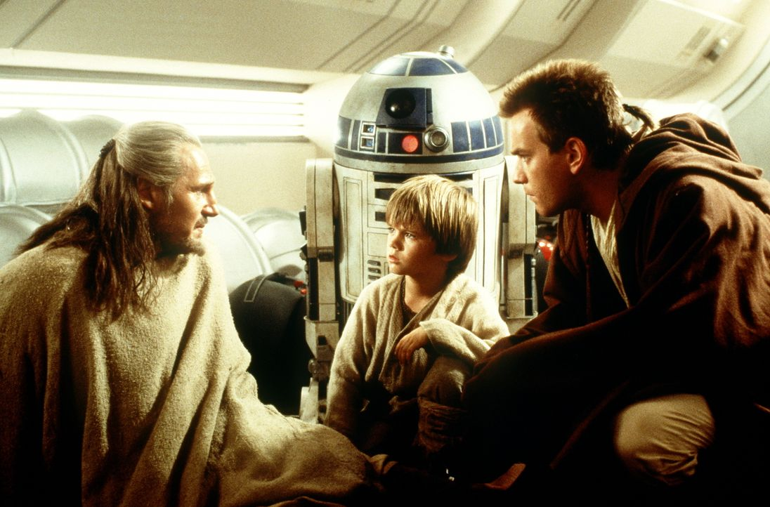Als die Jedi-Ritter Qui-Gon Jinn (Liam Neeson, l.) und Obi-Wan Kenobi (Ewan McGregor, r.) den 9-jährigen Sklaven Anakin Skywalker (Jake Lloyd, M.) k... - Bildquelle: 1999 Lucasfilm Ltd. & TM All rights reserved Used with permission